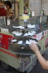 Fersk kokos selges som snacks i sentrum av Milano