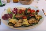 Grillet tunfisk med salat og grillede grønnsaker i Sveits.