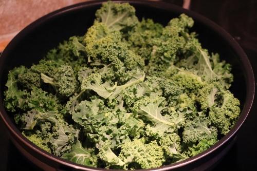 Masse grønnkål i en panne